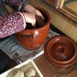 味噌作り 壺に入れる